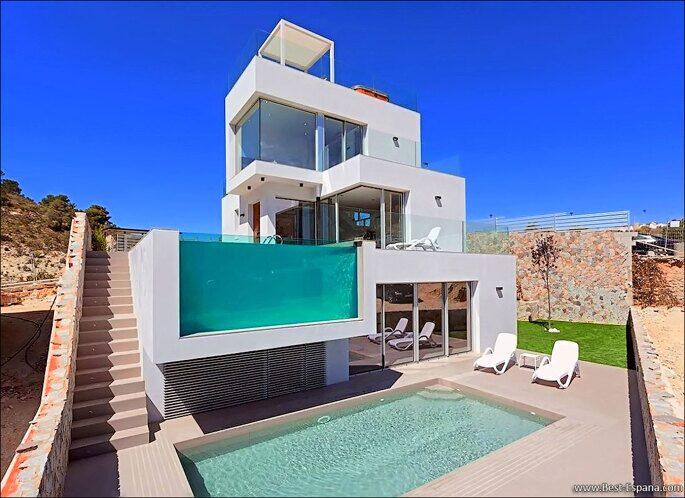 Stock Foto Ultra modern villa in Spain in futuristic style