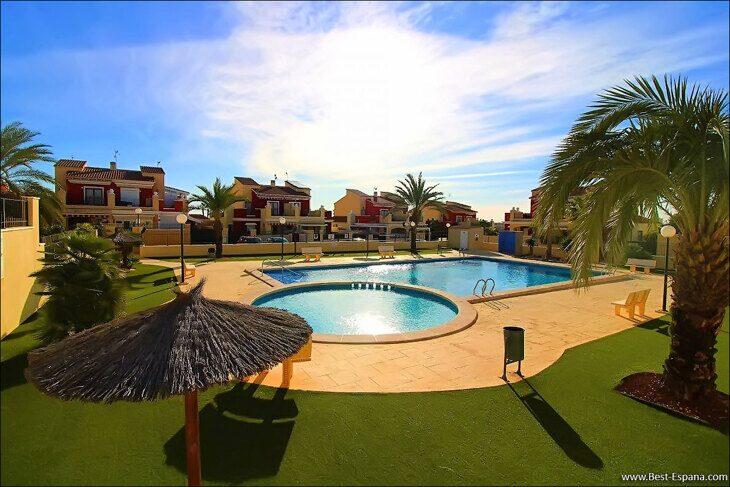 Eigentum in Spanien am Meer, Bungalow in einem Komplex mit einem Swimmingpool 30 Foto